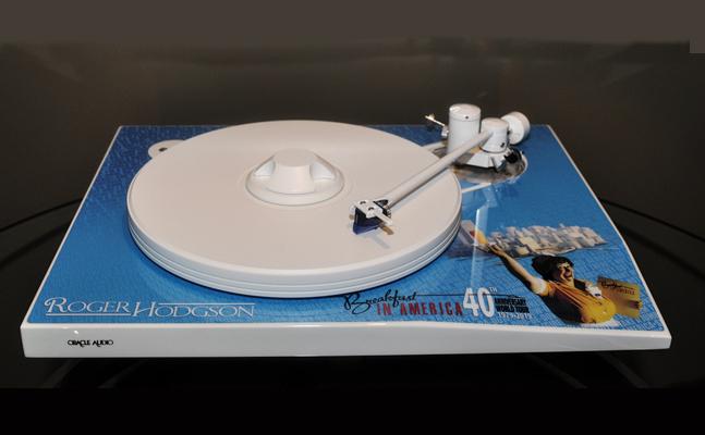 Une platine vinyle soulignant l'album vinyle de Roger Hodgson